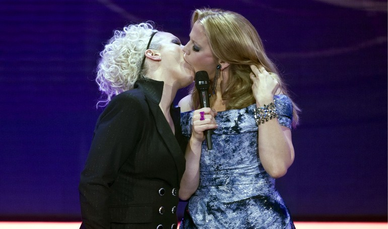 Bacio tra Ina Mueller e Barbara Schoeneberger agli Echo Music Award