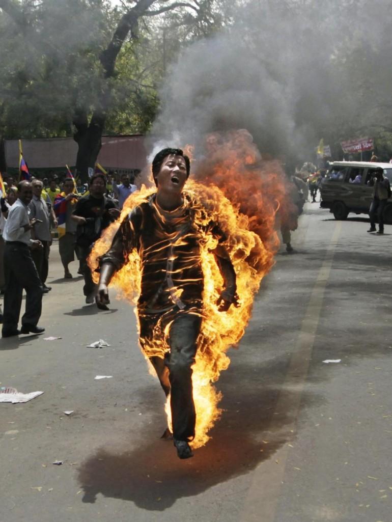 Nuova Delhi, tibetano si dà fuoco davanti al parlamento