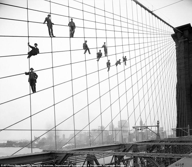 7 ottobre 1914: operai impegnati a dipingere i tiranti del ponte di Brooklyn