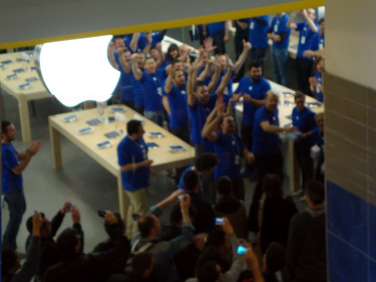 Il flash mob al nuovo Apple Store di Roma