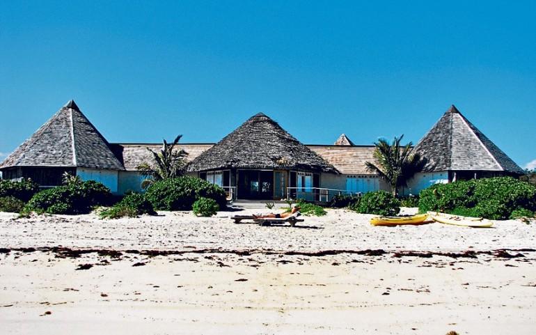 Villa con tre stanze, due verande, tetto coperto da palme, spiaggia privata bianchissima, alle Bahamas, per solo 1 milione 600 mila euro. Chi la prende?
