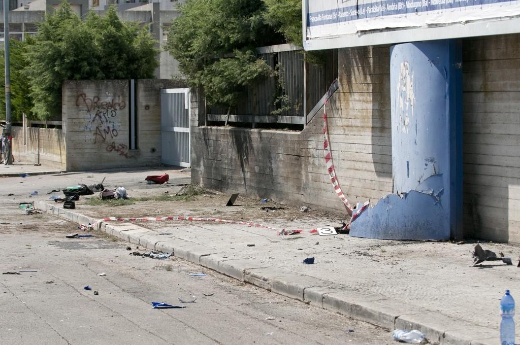 39af521a5c Luogocomune - Bomba a Brindisi, utilità della tensione - terrorismo ...