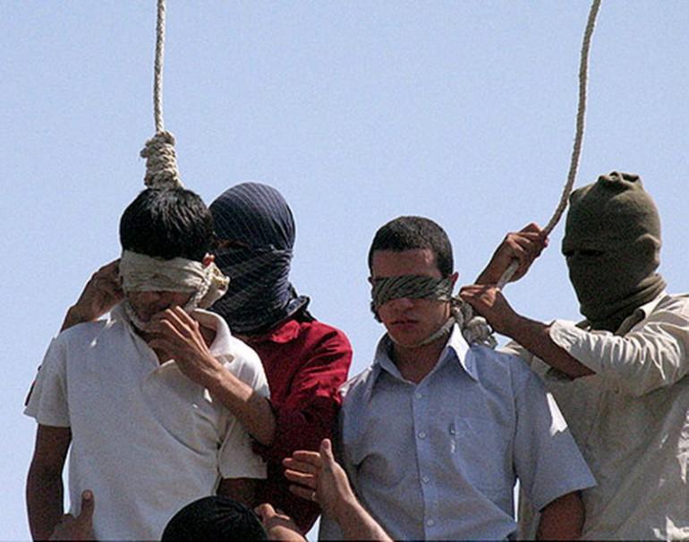L'Iran impicca quattro gay