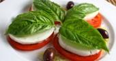 Caprese, un classico della tradizione mediterranea: pomodoro e mozzarella.