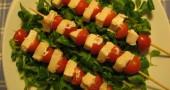 Spiedini di pesce spada con pomodorini, da fare al forno e servire freddi.
