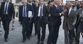 Mario Monti contestato all'uscita da palazzo Chigi