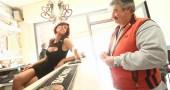 """Laura Maggi la sexy barista con abiti provacanti seduce i clienti nel bar """"Le Cafè"""""""