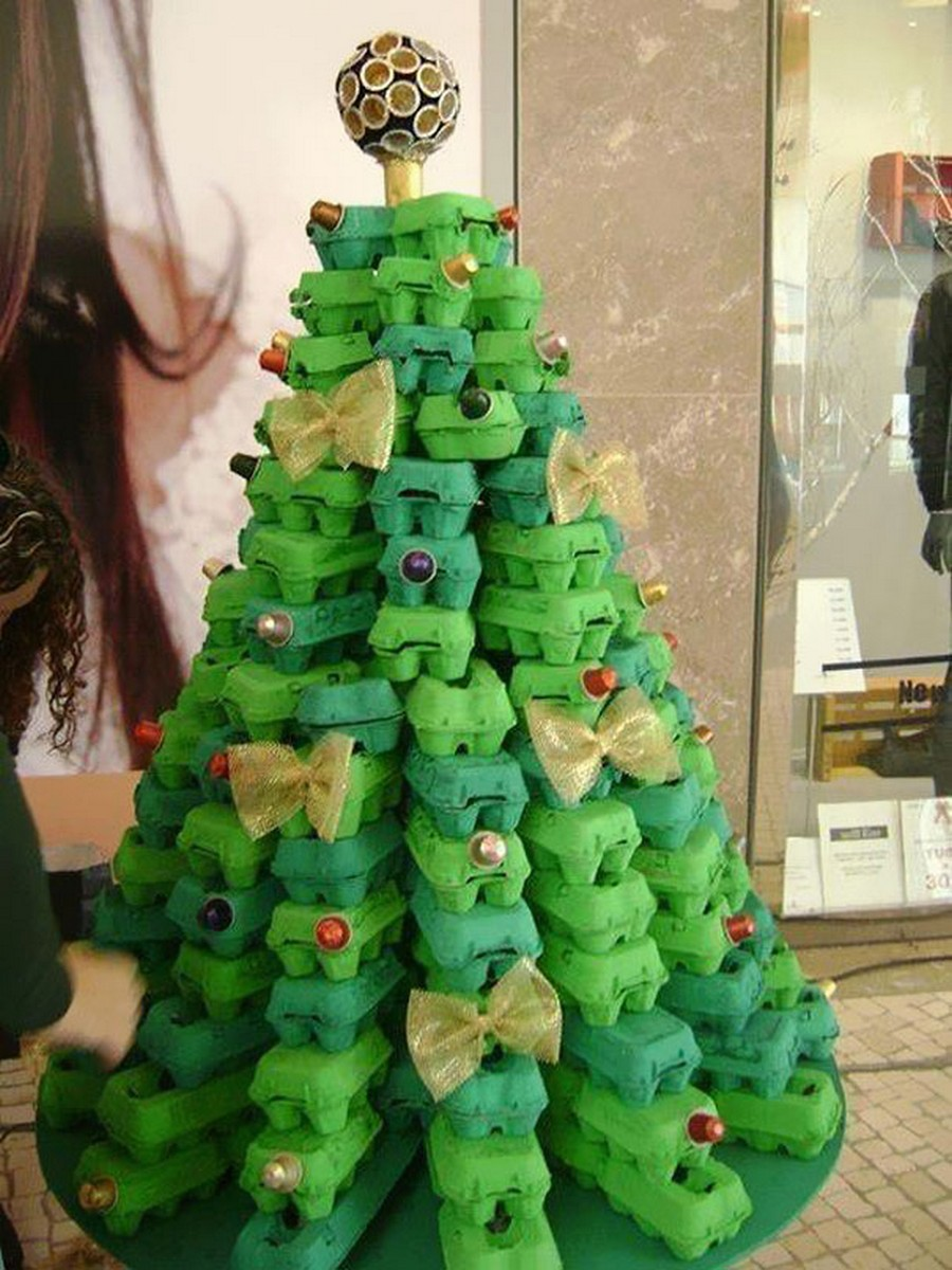L'albero fatto con cartoni di uova