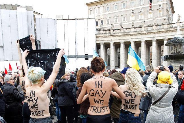 Le Femen in topless a San Pietro durante l'Angelus del Papa