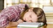 Sacrificare il sonno per lo studio può portare degli svantaggi. I ricercatori hanno confrontato i risultati scolastici raggiunti dagli studenti scoprendo che il riposo è un fattore importante per ottenere buoni voti.