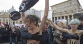 Vaticano: attiviste 'Femen' in topless durante l'Angelus