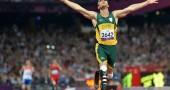 Oscar Pistorius taglia il traguardo dei 400 metri e vince l'oro  ai Giochi Paraolimpici di Londra 2012    (Photo credit should read BEN STANSALL/AFP/GettyImages)