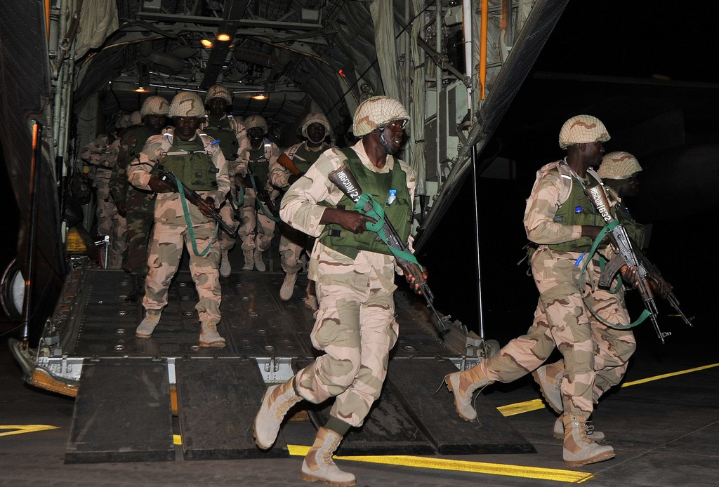 Peacekeeper nigeriani al loro arrivo a Bamako (Photo credit should read ISSOUF SANOGO/AFP/Getty Images)