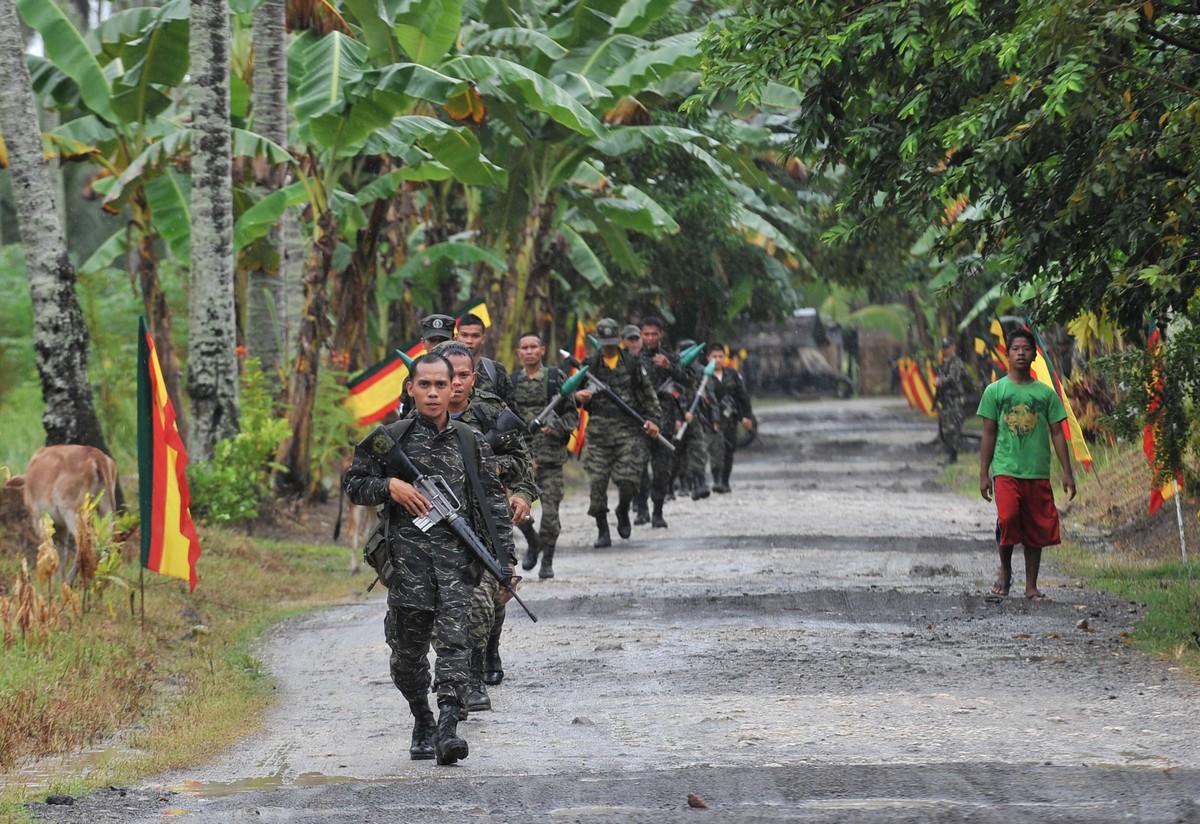Ribelli del Moro Islamic Liberation Front (MILF)  pattugliano l'isola di Mindanao (Photo credit TED ALJIBE/AFP/Getty Images)