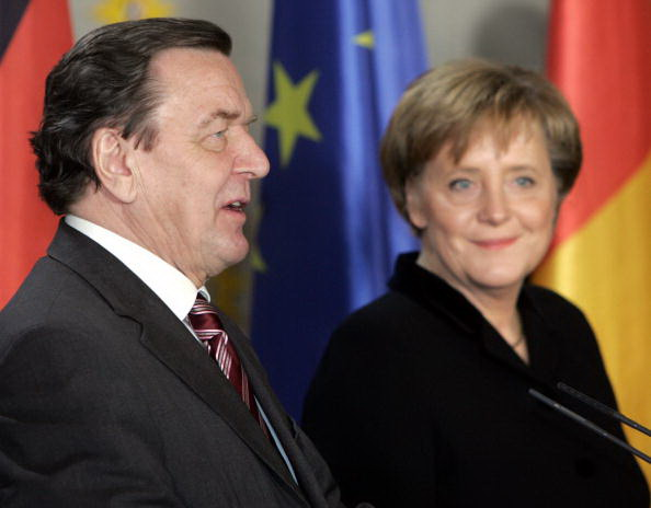 Outgoing chancellor Gerhard Schroeder (L