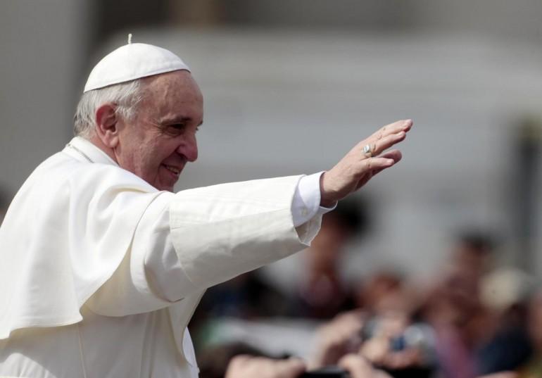 Il papa scambia lo zucchetto con un fedele [VIDEO]