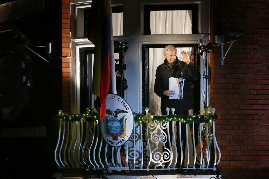 Julian Assange alla finestra dell'ambasciata dell'Ecuador a Londra  (Photo by Peter Macdiarmid/Getty Images)
