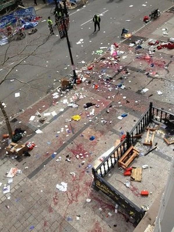Bruce Mendelsohn, ex medico dell'esercito, era su un balcone vicino al luogo dell'arrivo con alcuni amici quando ha sentito l'esplosione. A quel punto ha scattato quest'immagine e poi è sceso in strada a dare il suo contributo (Ap)