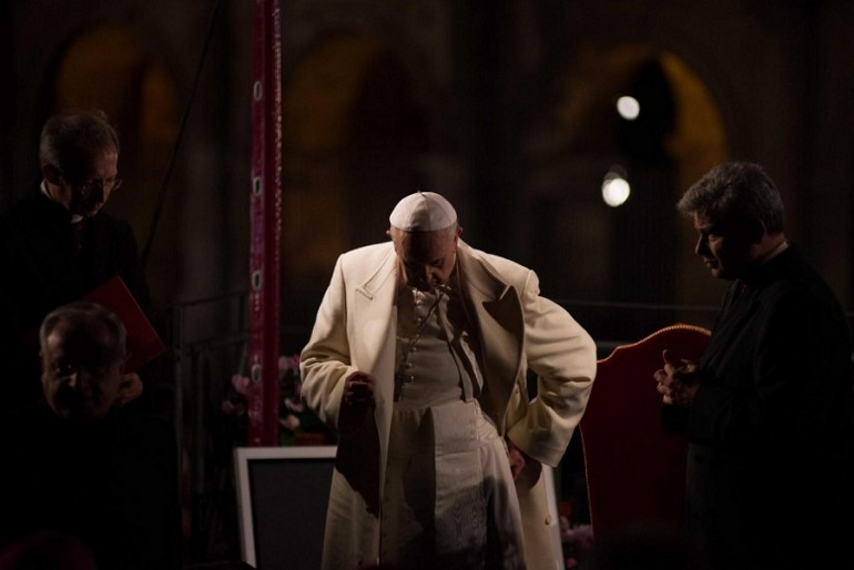 Papa Francesco celebra la Via Crucis.