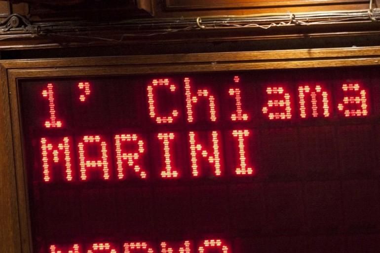 Gli elettori del Pd bruciano la tessera davanti Montecitorio