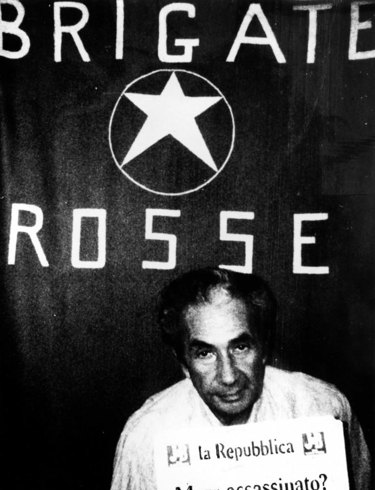 """Il 19 marzo venne diffusa una fotografia di Aldo Moro, destinata ad entrare nella storia. Insieme alla foto il """"comunicato n.1"""" delle BR: Moro sarà giudicato da """"un tribunale del popolo"""""""