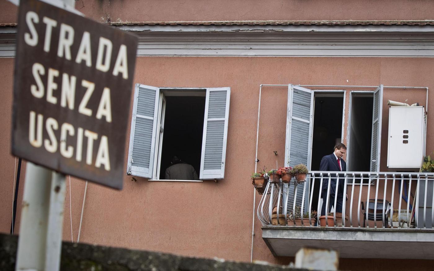 Uomo sfrattato barricato in casa minaccia esplosione