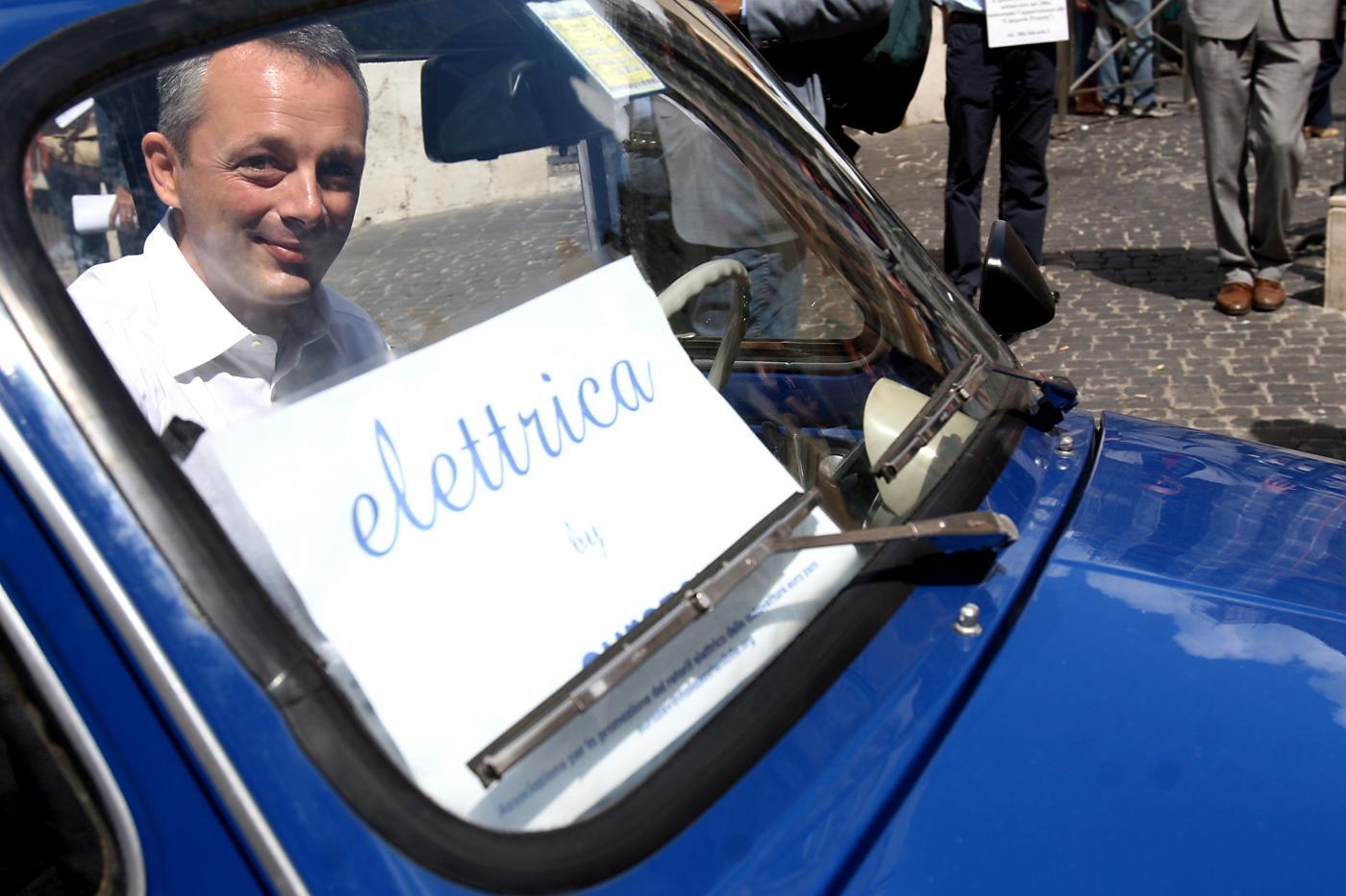 Pannello Solare Per Ricaricare Auto Elettrica : L auto elettrica a due velocità giornalettismo