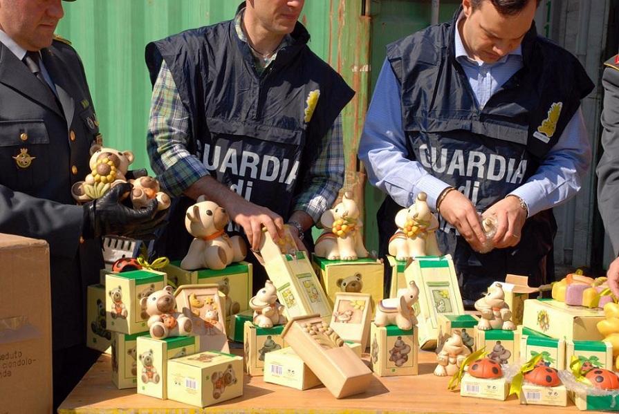 Roma, la Guardia di Finanza sequestra 30.000 oggetti della Thun contraffatti