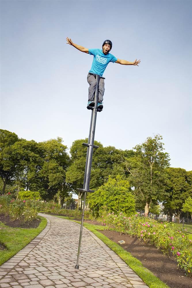 Il trampolo a molla più alto del mondo misura 9 piedi e 6,5 pollici (circa 2,8 metri). Lo utilizza l'americano Fred Grzybowski.
