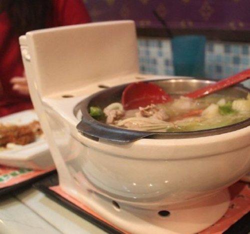 Il ristorante che ti fa mangiare nella tazza del cesso for Tazza del bagno