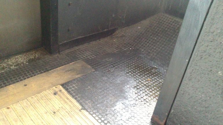 Un bagno improvvisato a fianco all'ascensore