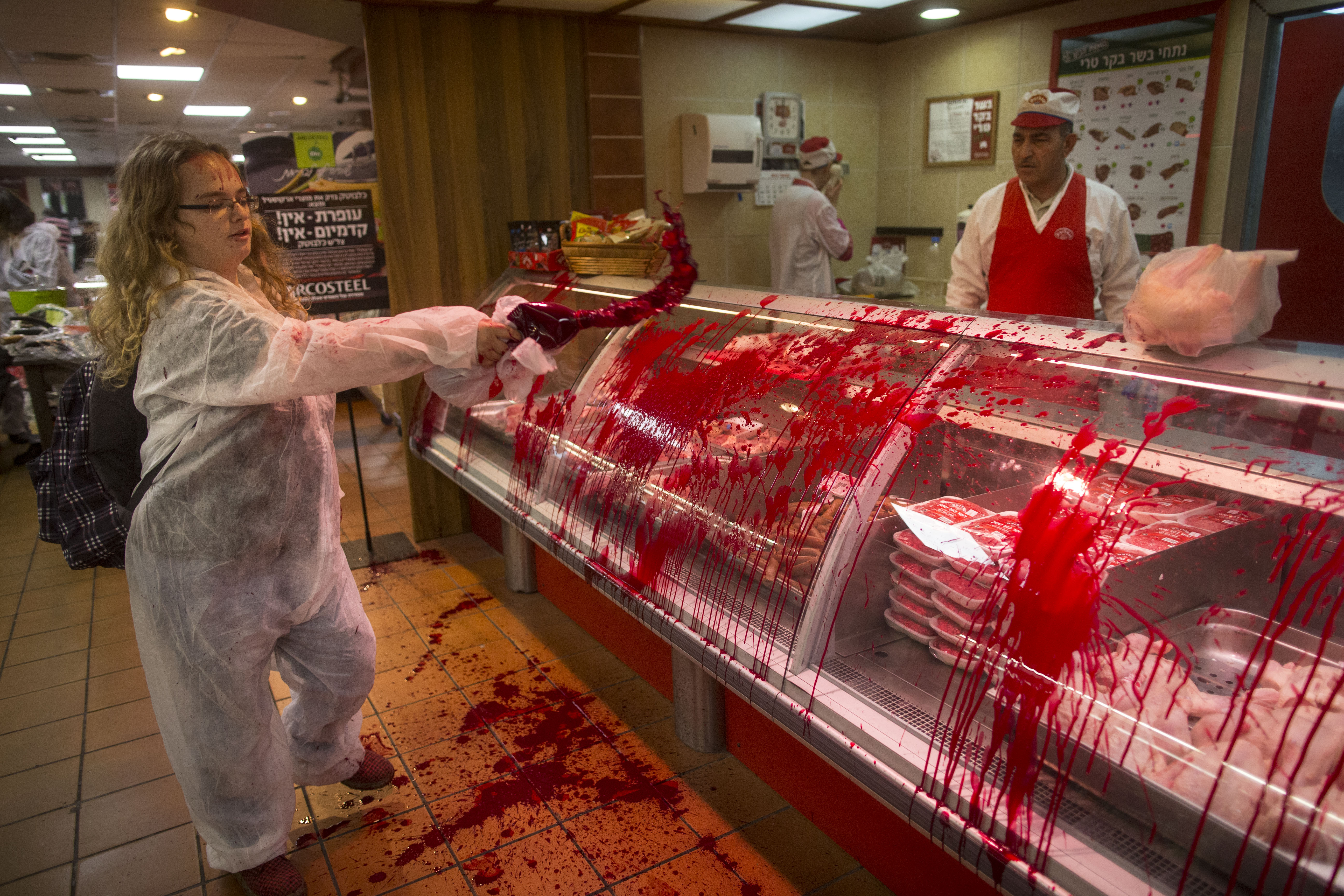 La protesta shock (e splatter) degli animalisti