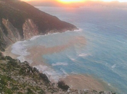 La spiaggia di Myrtos, subito dopo il sisma di domenica pomeriggio - Twitter/afroui