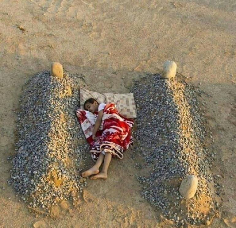 Il cimitero Bambino-siriano-tomba-genitori-1