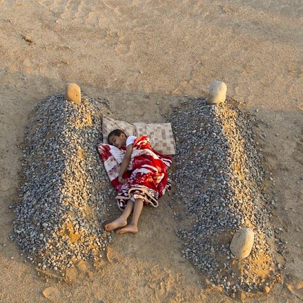 bufala bambino siriano dorme tra tombe genitori 1