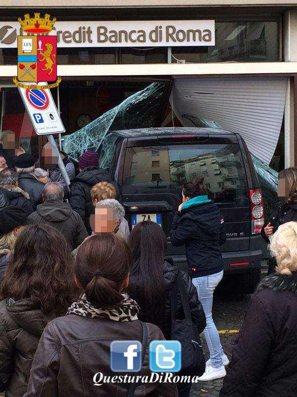 incidente velletri suv contro banca 2