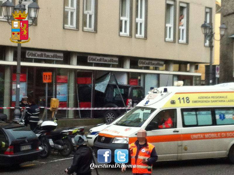 incidente velletri suv contro banca 3