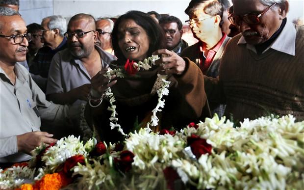 india funerali sedicenne stuprata