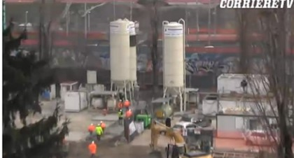 I silos del cantiere della M4: uno è visibilmente danneggiato