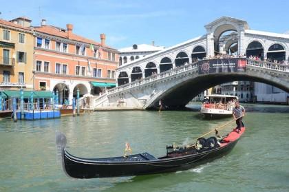 Il ponte di Rialto a Venezia (LaPresse)