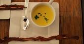 12) Un'altra ricetta intrigante è rappresentata dalla zuppa di mais con pancetta, erba ed un soffio di chili
