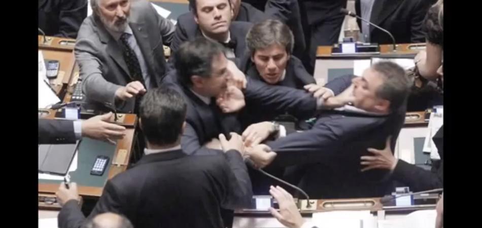 Le scene pi vergognose del parlamento italiano di sempre for Composizione del parlamento italiano oggi