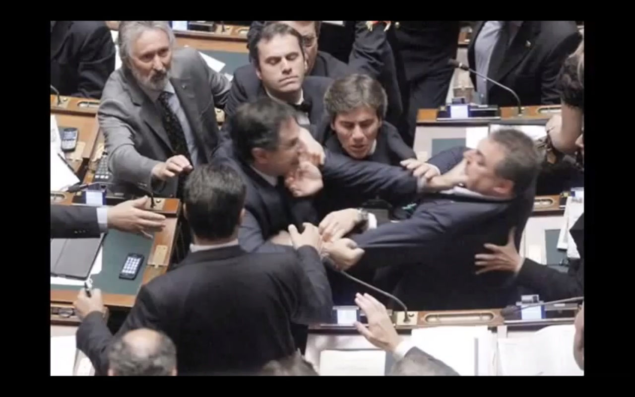 Le scene pi vergognose del parlamento italiano di sempre for Oggi in parlamento italiano