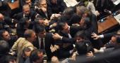 14/dic/2010 Berlusconi ottiene la fiducia per 3 voti, i commessi evitano la rissa, clima infuocato per buona parte della seduta.