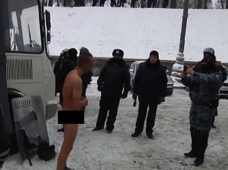 uomo nudo proteste 2