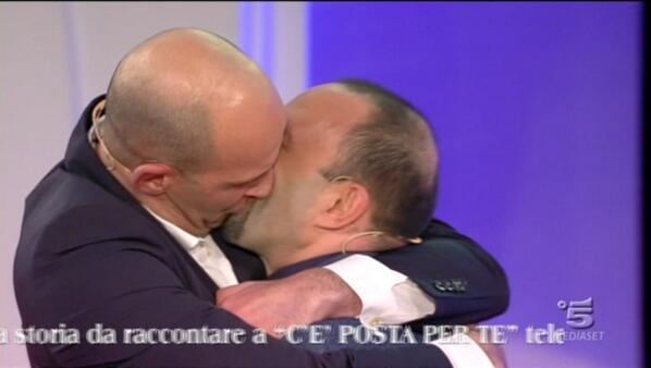 bacio gay c'è posta per te maria de filippi