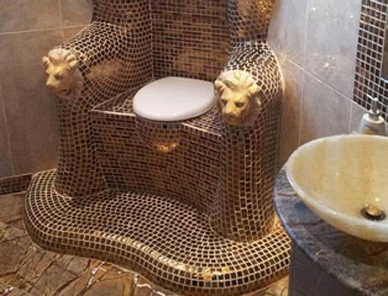 La bufala del wc d 39 oro trovato nel palazzo del for Bagno d oro