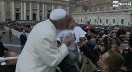 papa francesco bacio bambino