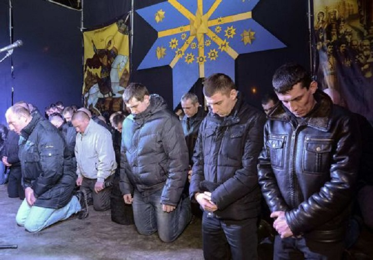 poliziotti antisommossa in ginocchio ucraina 1