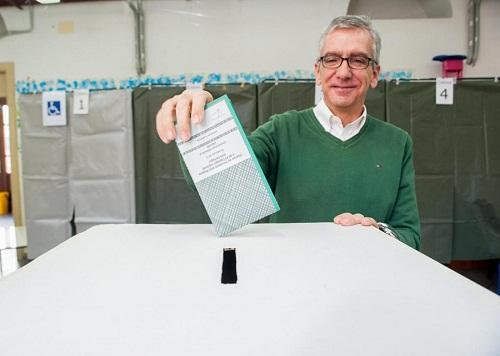 Pigliaru al voto (Foto LaPresse)